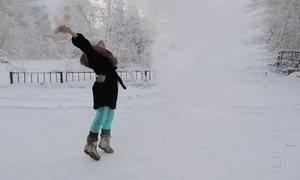 Água fervendo vira gelo em segundos no frio de -67°C de região da Sibéria
