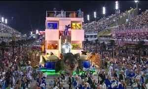 Segundo dia de desfiles no Rio tem homenagens, comida e enredo crítico