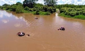 Crianças precisam usar boias para chegar a ônibus da escola no Piauí
