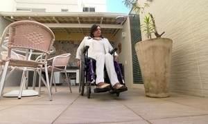 Impedida de ser ajudada por porteiro, cadeirante vence prédio na Justiça