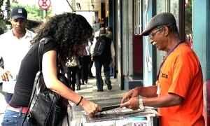 Venda de revistas gera renda a pessoas em situação de rua