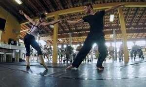 Bailarinos se apresentam em asilos