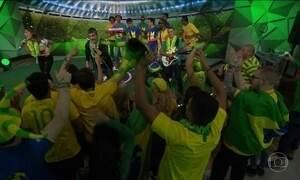 Monobloco toca ao vivo no Fantástico música da torcida do Brasil na Copa