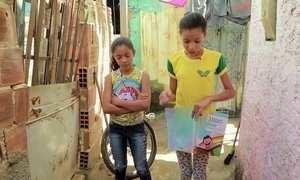 Menina de 12 anos dá aulas para outras crianças em favela do Recife