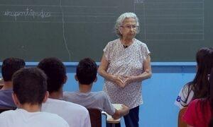 Professora de 95 anos dá lição de amor e respeito em sala de aula
