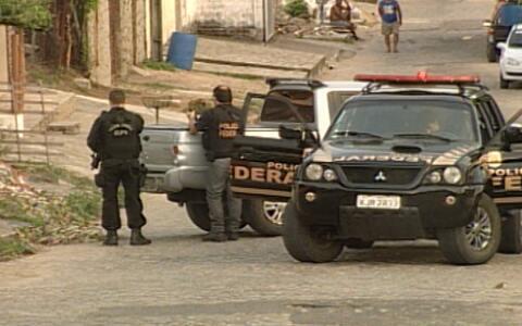 Ação contra milícia  tem policiais presos