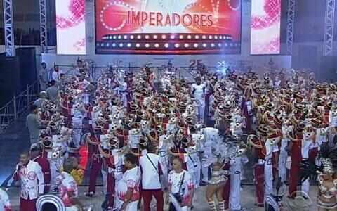 Veja imagens da bateria dos Imperadores do Samba