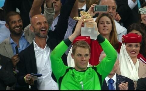 Manuel Neuer é eleito o melhor goleiro da Copa e recebe a Luva de Ouro