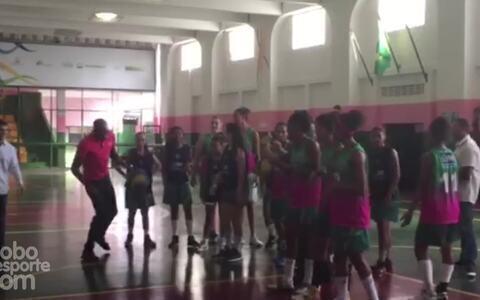 Na Mangueira, Usain Bolt mostra talento no basquete