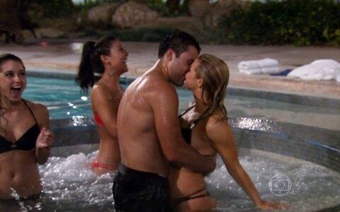 Octagon girls visitam a casa do TUF Brasil 4 e o paranaense Dedé beija russa na piscina