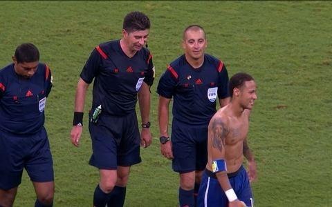 Neymar oferece camisa ao árbitro, que se nega a receber o presente do brasileiro