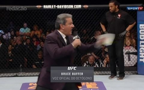 "Bruce Buffer é o grande homenageado no ""Oscar"" do MMA e comemora 20 anos como a voz do UFC"
