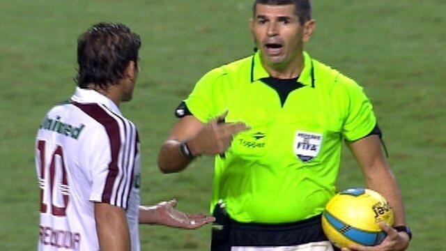 Rafael Moura pede a bola no final do jogo, mas juiz nega pedido
