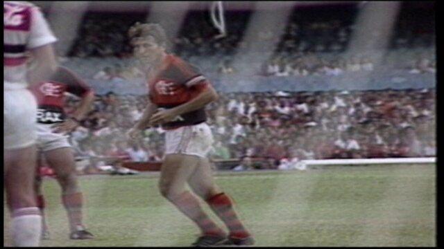 Em 1987, Zico faz gol de falta sobre o Santa Cruz