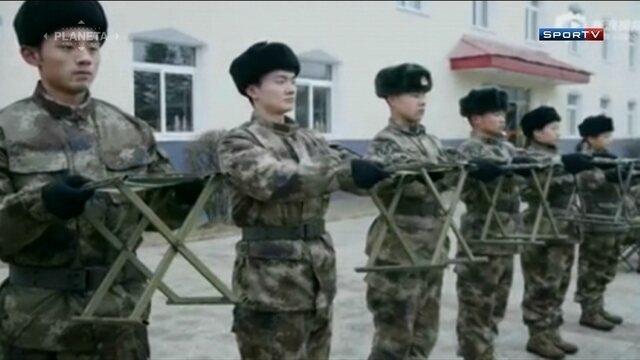 Seleção de tênis de mesa da China faz treinamento militar na preparação para Olimpíadas
