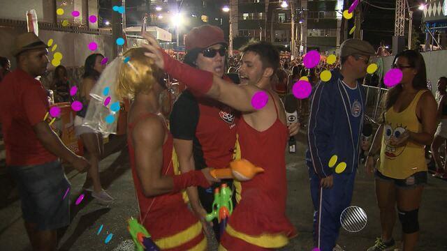 Dupla Jair e Vicentino brinca  com o folião no carnaval