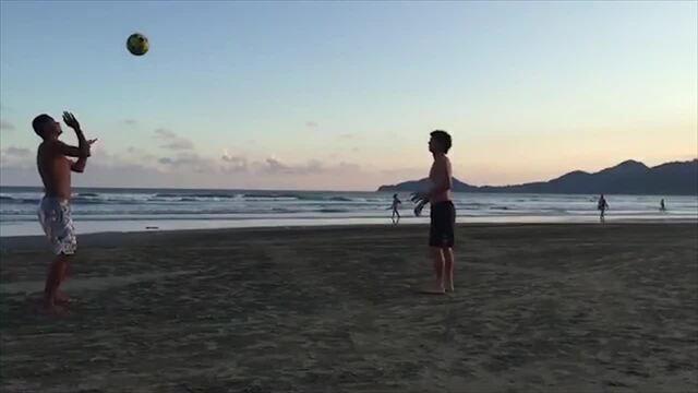 """BLOG: David Braz e Victor Ferraz aproveitam folga e jogam """"altinha"""" em praia de Santos"""