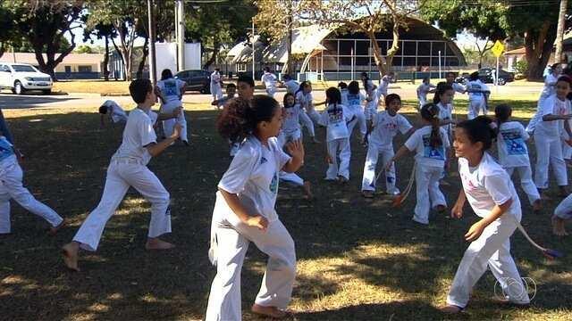 Projeto de capoeira atende a mais de 300 crianças na região oeste de Goiânia