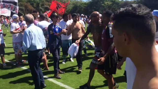 Wesley sofre com a pressão de torcedores no CT do São Paulo