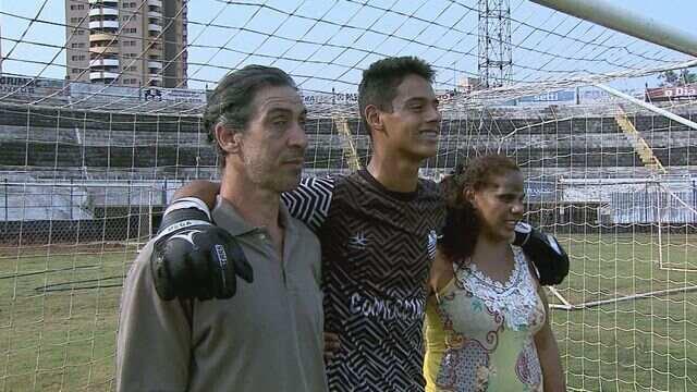 Recém-promovido ao profissional, goleiro Wesley se emociona com ajuda dos pais, deficientes visuais