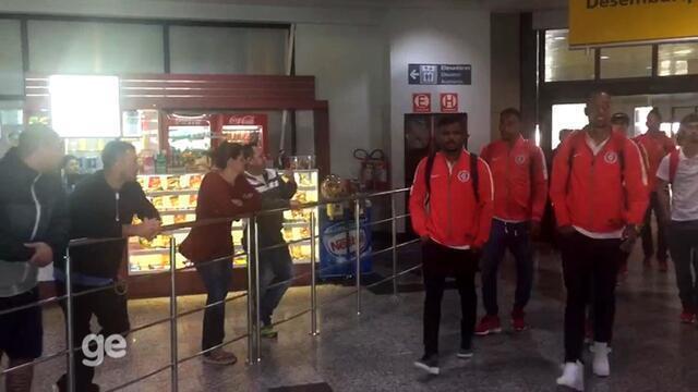 Jogadores do Inter desembarcam em Porto Alegre após sexta derrota consecutiva