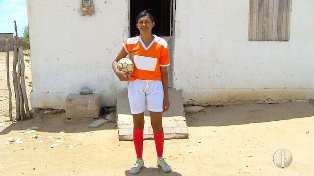 Jovem agricultora sonha em ser jogadora de futebol