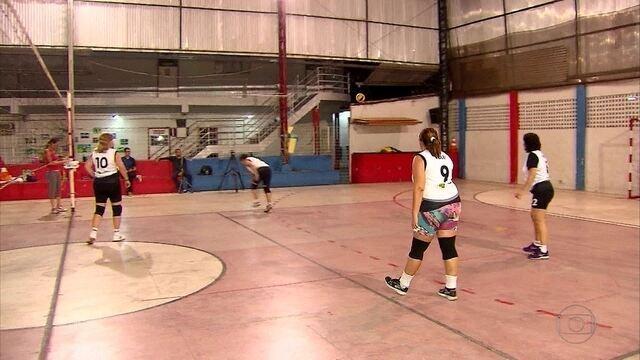 Equipe feminina de vôlei entra em torneio de bairros querendo deixar o estresse de lado