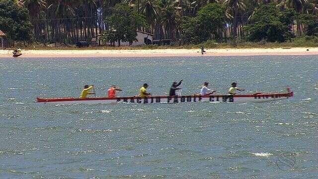 Competição de canoa havaiana acontece em Aracaju