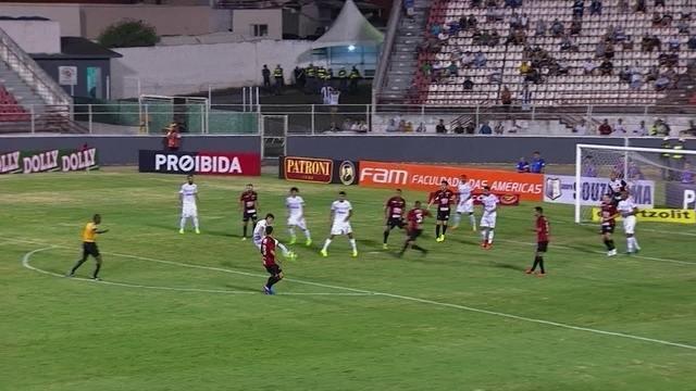 No levantamento, Fábio tira mal e Vitor Bueno chuta com perigo, aos 16' do 2º tempo