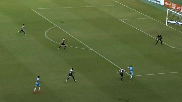 Preto ganha de Romário e chuta a gol. Éverson consegue salvar
