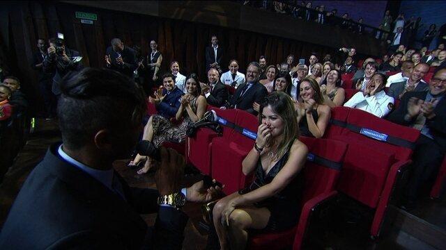 Isaquias Queiroz recebe prêmio de melhor atleta do ano e pede namorada em casamento