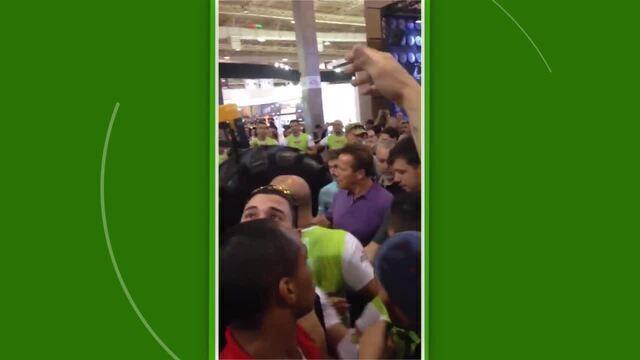 Arnold circula pelos stands e para a feira fitness