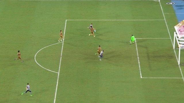 Gol do Botafogo! Em contra-ataque, Guilherme bate na saída do goleiro, aos 37' do 2º Tempo
