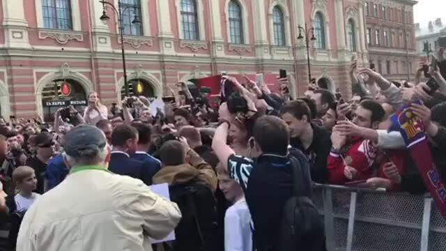 Ronaldinho Gaúcho com fãs em São Petersburgo