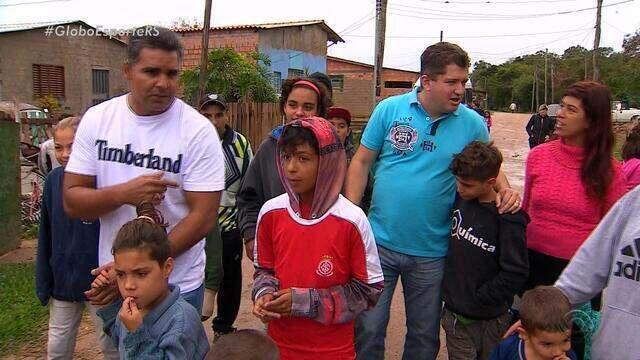 Representantes da dupla Gre-Nal se comovem com história de comunidade de Porto Alegre