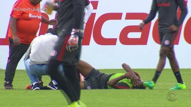 Carlos e Fabinho sofrem dividida no treino e serão avaliados