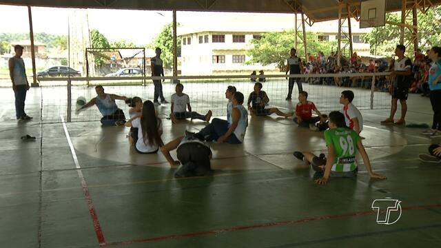 Paratletas de vôlei sentado visitam colégio em Santarém