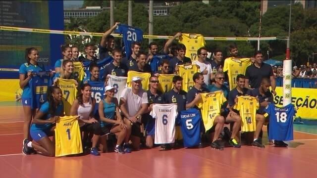 Em cartão postal do Rio, seleções de vôlei  apresentam novos uniformes para temporada