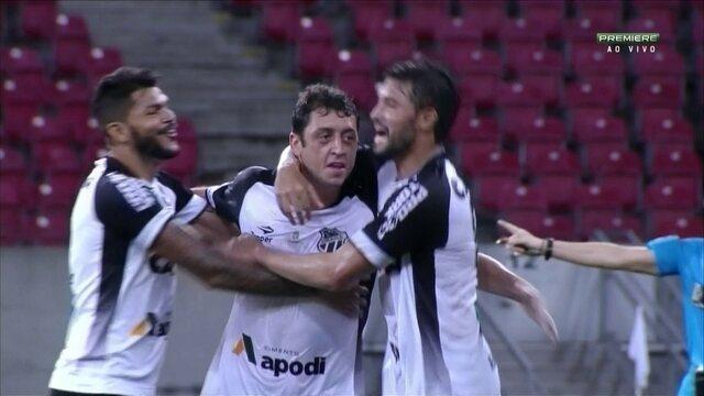 Aos 41' do 2T, Felipe Menezes faz um lindo gol para o Ceará