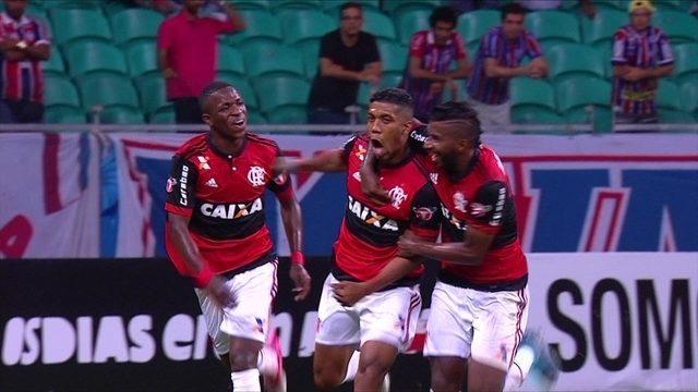 Gol do Flamengo! Berrío bate cruzado para marcar, aos 27 do 2º tempo