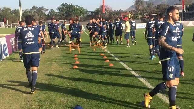 Flamengo faz aquecimento antes de treino tático no Ninho do Urubu