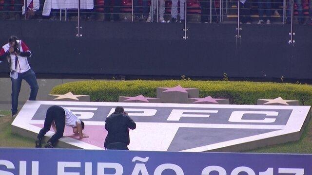Apresentado à torcida, Hernanes beija o símbolo do São Paulo no gramado do Morumbi