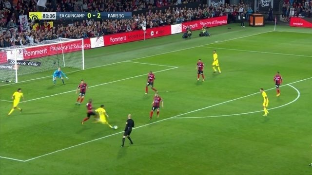 Johnsson! Duas defesas seguidas do goleior do Guingamp, um de Neymar aos 36' do 2º tempo