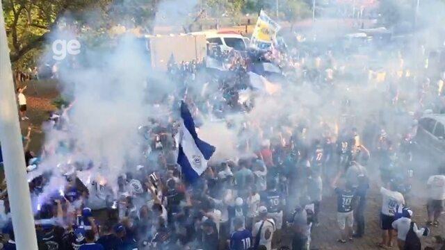 """Mar azul! Multidão """"engole"""" São Bento na chegada ao estádio"""