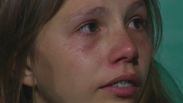 Torcedora do Coritiba chora nas arquibancadas após derrota para o Grêmio