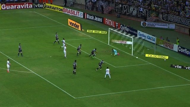 João Pedro chuta forte e Fernando Henrique defende. Bola vai para escanteio