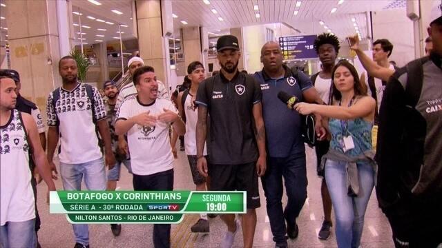 Torcida protesta na chegada do Botafogo ao Rio após empate com Avaí