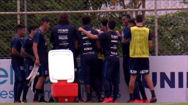 """Guilherme Arana leva trote e diz que """"deve ser"""" despedida do Corinthians"""