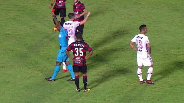 Caique Sá recebe cartão vermelho por falta em Vinicius Junior