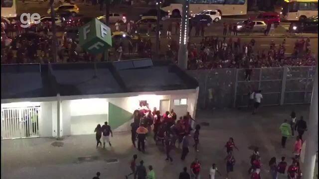 Torcedores do Flamengo invadem o Maracanã